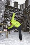 Metà di donna invecchiata che fa allungamento nel parco della città di inverno Immagine Stock Libera da Diritti