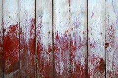 Metà di legno stagionata delle plance dipinta nel colore rosso e bianco Fotografia Stock