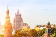 METÀ DI a Mosca con la torre di Cremlino Immagini Stock