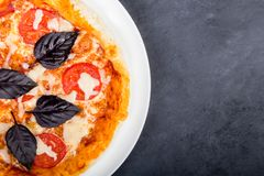 Metà di pizza sul piatto Fotografia Stock Libera da Diritti