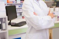 Metà di sezione del farmacista minore con le armi attraversate Immagini Stock Libere da Diritti
