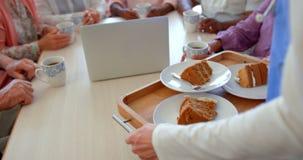 Metà di sezione del vassoio femminile della prima colazione della tenuta dell'infermiere alla casa di cura 4k video d archivio