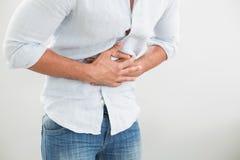 Metà di sezione dell'uomo che soffre dal mal di stomaco Immagini Stock Libere da Diritti