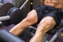 Metà di sezione dell'uomo muscolare che fa un allenamento della gamba Immagine Stock