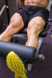 Metà di sezione dell'uomo muscolare che fa un allenamento della gamba Fotografie Stock Libere da Diritti