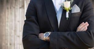 Metà di sezione dello sposo contro il pannello di legno confuso Fotografie Stock Libere da Diritti