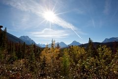 Metà di sole di giorno nelle montagne rocciose fotografia stock libera da diritti