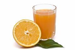 Metà di un arancio e di una spremuta. Immagine Stock