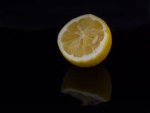 Metà di un limone sui precedenti scuri Fotografia Stock Libera da Diritti