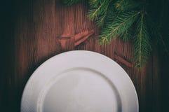 Metà di un piatto bianco vuoto su superficie di legno marrone Fotografia Stock