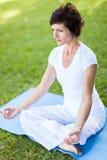 Metà di yoga della donna di età Fotografie Stock Libere da Diritti