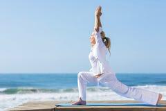 Metà di yoga di età fotografia stock