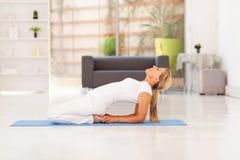 Metà di yoga invecchiata della donna Immagine Stock