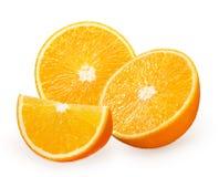 Metà e fetta di frutta arancio fresca isolata su bianco Immagine Stock Libera da Diritti