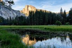 Metà fatta nella riflessione di Yosemite Fotografia Stock Libera da Diritti