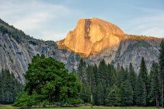 Metà fatta in Yosemite al tramonto Fotografia Stock