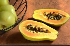 Metà fresche della papaia del taglio con i semi neri rotondi Fotografia Stock