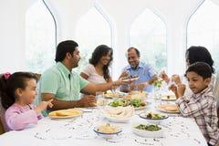 metà godente orientale del pasto della famiglia insieme Immagine Stock Libera da Diritti