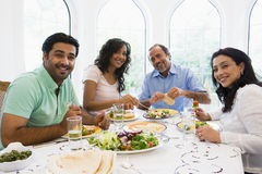 metà godente orientale del pasto della famiglia insieme Immagini Stock