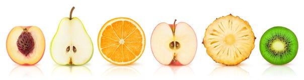 Metà isolate della frutta in una fila fotografia stock libera da diritti