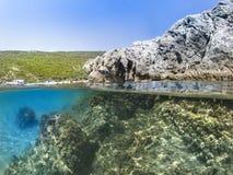 A metà subacqueo e rocce Fotografia Stock