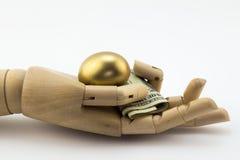 Metáfora dourada e do dinheiro de ninho do ovo Foto de Stock Royalty Free