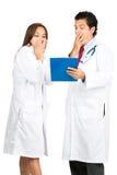 Met afschuw vervulde Mannelijke Vrouwelijke Artsen Team Records V Stock Afbeeldingen