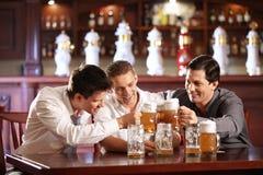 Met bier Stock Foto's