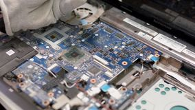 Met blauwe tint Desktop voor het werk als radiocomponenten stock video