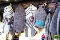 Met de hand gebreide Bulgaarse traditionele sokken en handschoenen Stock Fotografie