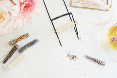 Met de hand gemaakt, ambachtconcept Materialen voor het met de hand gemaakte juwelen maken Zaadparels en kamp voor weefgetouwarmb royalty-vrije stock foto's