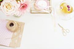 Met de hand gemaakt, ambachtconcept Met de hand gemaakte goederen voor verpakking - streng, linten Vrouwelijk werkplaatsconcept F royalty-vrije stock foto