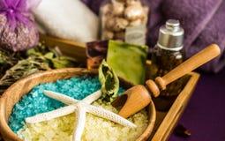 Met de hand gemaakt badzout met aromatische oliën, de kosmetiek en kuuroord, stock afbeelding