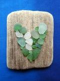 Met de hand gemaakt beeld met hart die overzees hout en glas, Litouwen gebruiken royalty-vrije stock foto