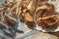 Met de hand gemaakt brood met zemelen en oren van tarwe, houten achtergrond royalty-vrije stock afbeeldingen