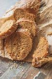 Met de hand gemaakt brood met zemelen en oren van tarwe, houten achtergrond royalty-vrije stock foto
