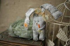 Met de hand gemaakt Bunny Rabbit, Pasen-decor, Grijs konijn stock afbeeldingen