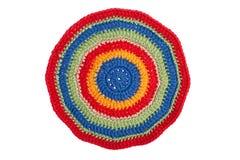 Met de hand gemaakt decoratief die servet, met kleurrijke draden wordt gehaakt royalty-vrije stock afbeelding