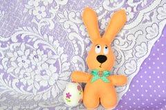 Met de hand gemaakt gevoeld beige konijn en decoupageei Pasen-symbolen Eenvoudige Pasen-ambachten royalty-vrije stock foto