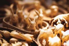 Met de hand gemaakt houten die speelgoed op markt wordt verkocht Stock Foto's
