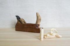 Met de hand gemaakt houten vliegtuig en houten spaanders op het lijstclose-up Het concept DIY Hulpmiddelen voor houtbewerking en  royalty-vrije stock foto