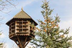 Met de hand gemaakt houten vogelhuis Stock Foto's