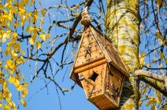Met de hand gemaakt houten vogelhuis in de bomen royalty-vrije stock fotografie