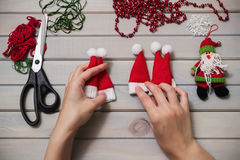 Met de hand gemaakt kerstboomspeelgoed Houten achtergrond Hoogste mening Royalty-vrije Stock Fotografie