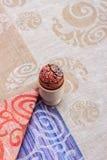 Met de hand gemaakt kleurrijk geschilderd paasei tegen de aanpassing van tafelkleed Royalty-vrije Stock Foto