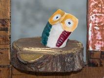 Met de hand gemaakt Kleurrijk Houten Owl Figurine op Boomstam stock afbeeldingen