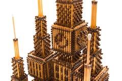 Met de hand gemaakt matchstickkasteel met klok stock fotografie