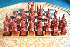Met de hand gemaakt schaakspel die uit schaakstukken en schaak bestaan Royalty-vrije Stock Foto's