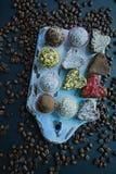 Met de hand gemaakt suikergoed Snoepjes zonder suiker van droge vruchten en noten Juiste voeding Een assortiment van noten Mening royalty-vrije stock afbeeldingen