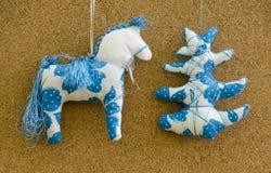 Met de hand gemaakt zacht stuk speelgoed geïsoleerd Nieuwjaarboom en paard Stock Foto's